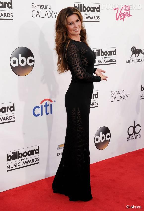 Shania Twain telle une diva sur le tapis rouge.