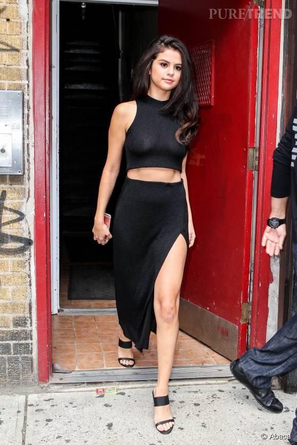 Selena Gomez super sexy dans cette jupe fendue et dans son crop top un peu trop transparent.