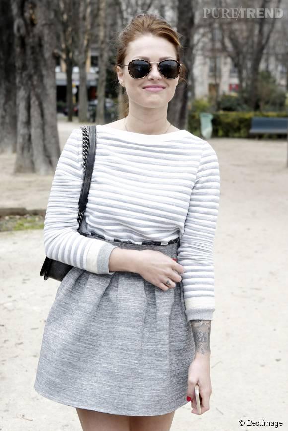 Caroline Receveur pendant la Fashion Week de Paris.
