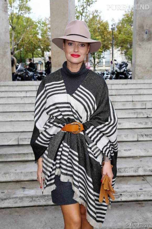 Caroline Receveur prête à admirer le défilé d'Agnès b. au Palais de Tokyo.