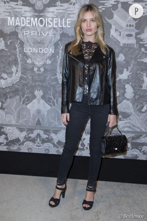 """Georgia May Jagger ose l'association cuir - dentelle au vernissage de l'exposition """"Mademoiselle Privé"""" Chanel le 12 octobre 2015 à Londres."""