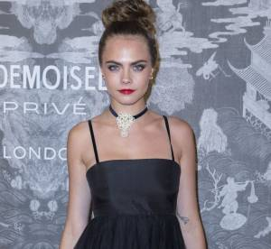 Cara Delevingne, nouveau piercing et look glamour et rock pour Chanel
