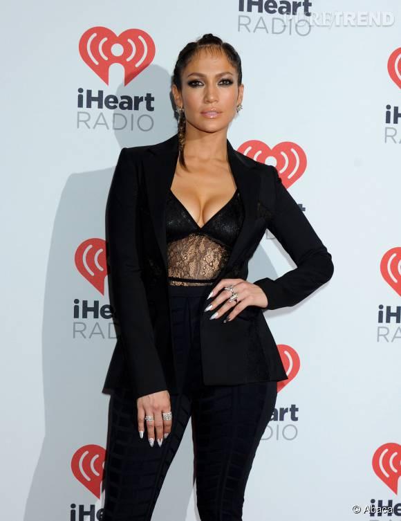 Jennifer Lopez complètement sexy dans cette tenue noire très décolletée.