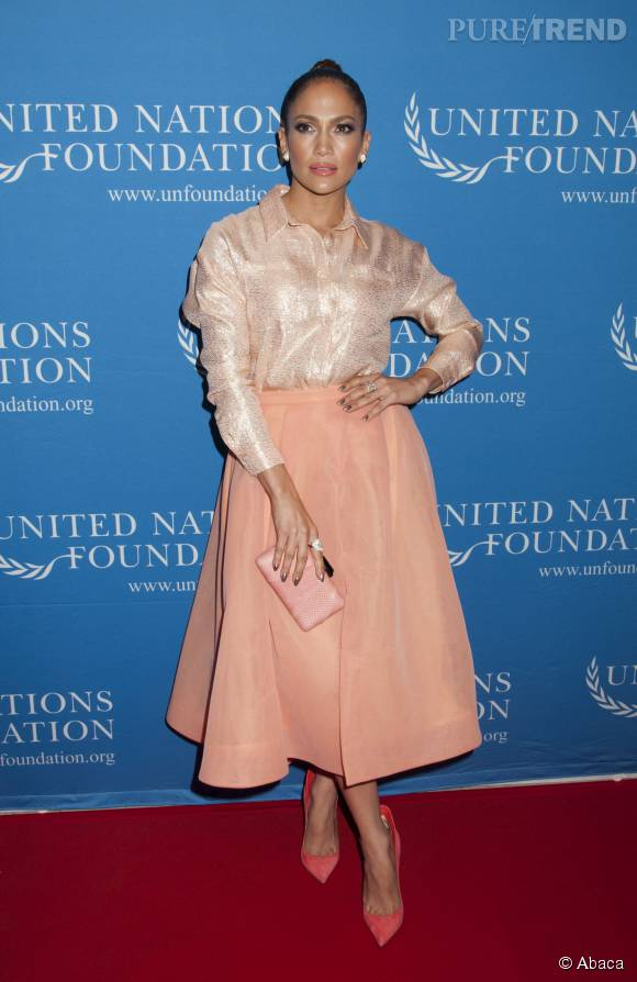 Jennifer Lopez plus chic que jamais dans ce look rosé.
