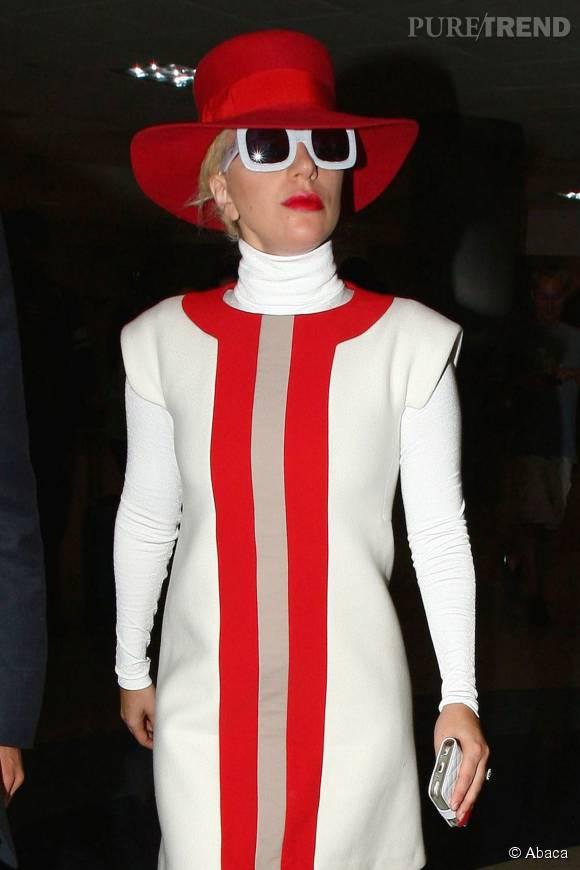 Lady Gaga porte très bien le chapeau.