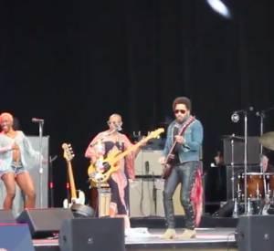 Lenny Kravitz craque son slim et se retrouve nue face à la foule.