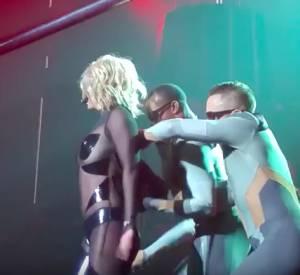 Les danseurs de Britney Spears lui ont sauvé la vie sur scène.
