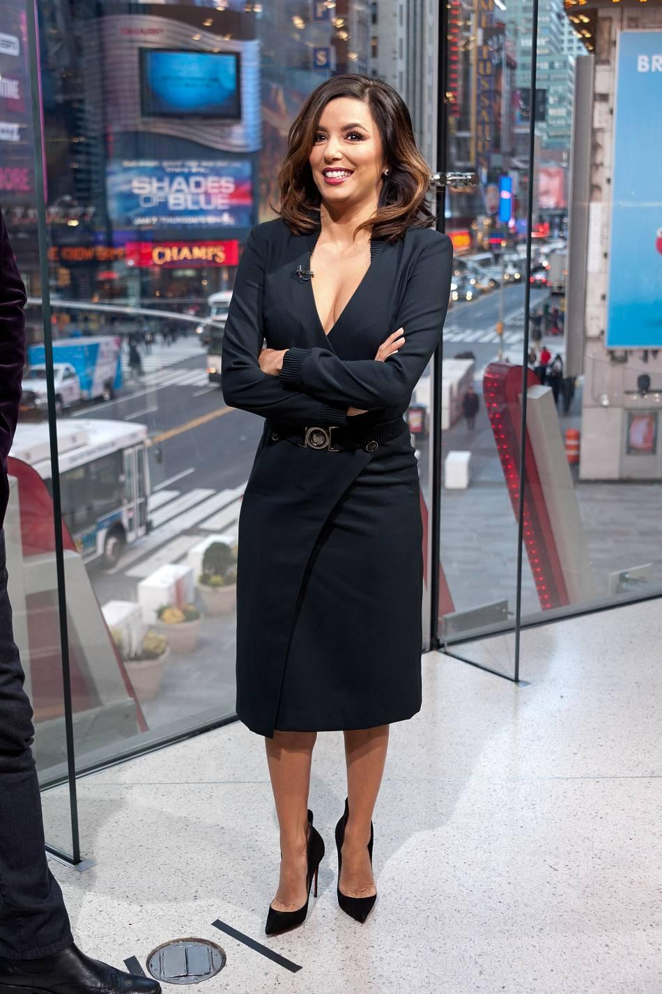 Eva Longoria opte pour une robe moulante et des escarpins à talons aiguilles.