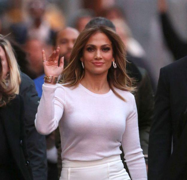 """Jennifer Lopez, lundi 4 janvier, en route pour le plateau du """"Jimmy Kimmel Live in Hollywood"""", à Los Angeles."""