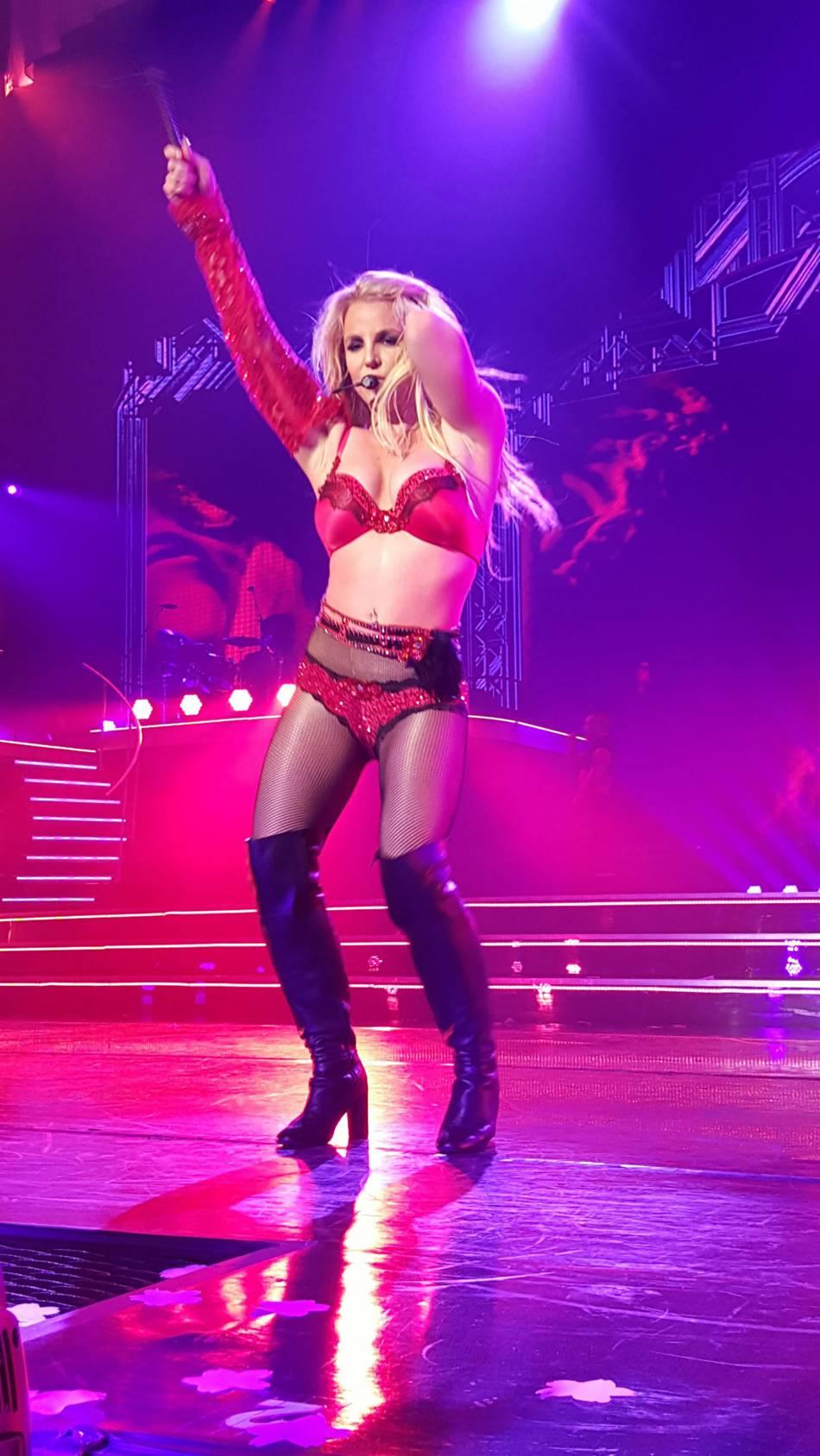 Britney Spears, ultra hot dans son ensemble culotte et soutien-gorge.