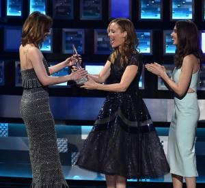 Ce mercredi 6 janvier 2016, Dakota Johnson a reçu le People's Choice Awards 2016 de la meilleure actrice dans un film dramatique des mains de Leslie Mann et Alison Brie.