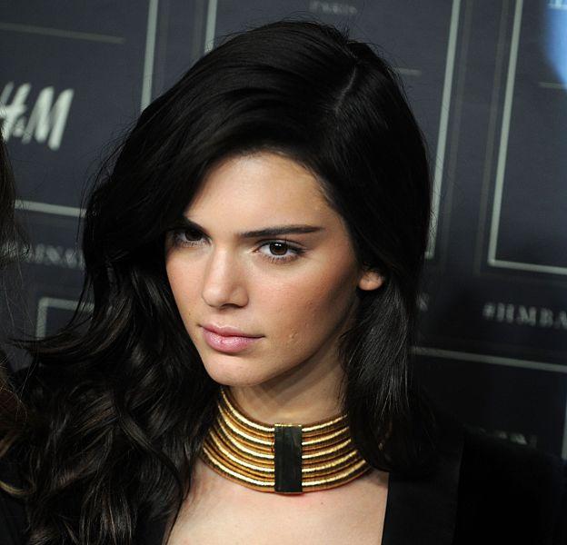 Kendall Jenner apparait très sexy dans un selfie, en coulisses d'un shooting pour Estée Lauder.