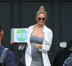 Chrissy Teigen future maman sérieusement canon dans un look très Kardashian