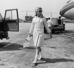 Catherine Deneuve arrivant à l'aéroport de Londres en Courrèges.