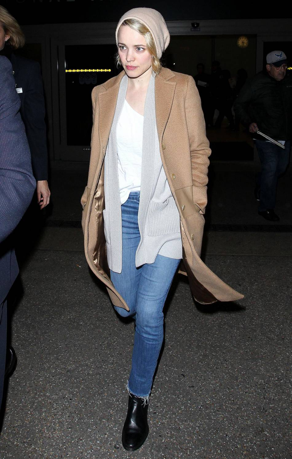 Rachel Mc Adams arrive à l'aéroport de Los Angeles
