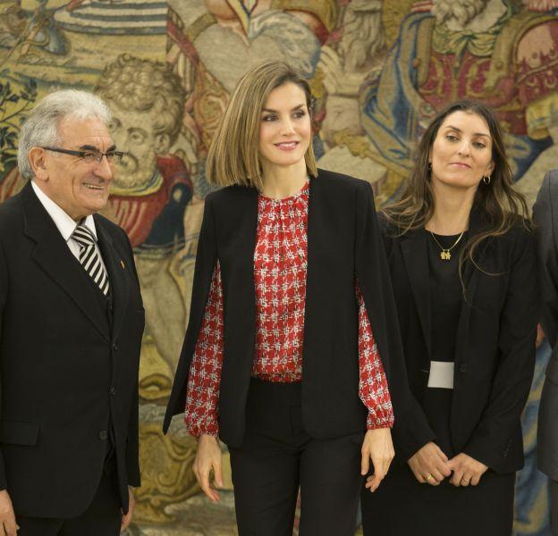 Letizia d'Espagne, radieuse et audacieuse en chemise imprimée et cape à Madrid.