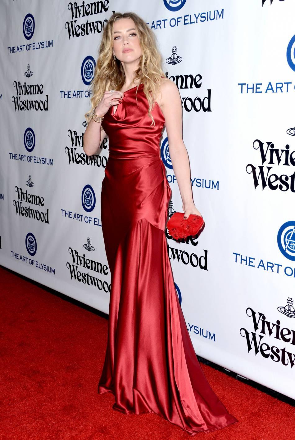 Amber Heard opte ce soir-là pour une robe longue en soie rouge.