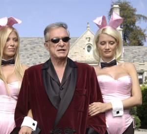 Hugh Hefner, bien entouré dans la cour de son manoir en 2003.