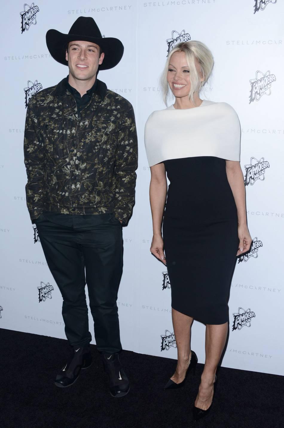 Pamela Anderson et son fils Brandon Lee Thomas à la présentation de la collection de l'Automne 2016 de Stella McCartney, à Los Angeles, ce mardi 12 janvier 2016.