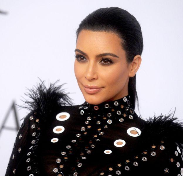 Kim Kardashian fait confiance au talent de son maquilleur Mario Dedivanovic pour la rendre plus que parfaite.