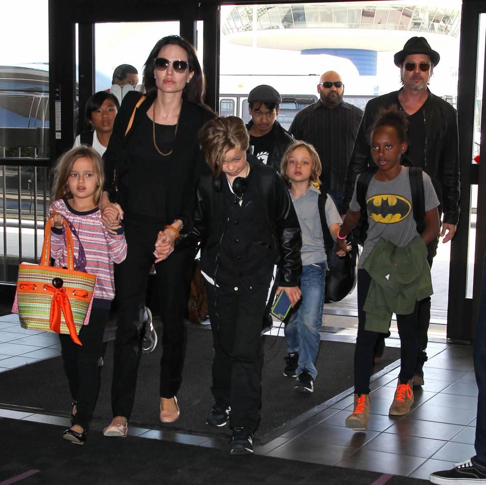 """Angelina Jolie et ses enfants auraient sympathisés avec l'enfant et sa famille durant le tournage de """"First they killed my father""""."""