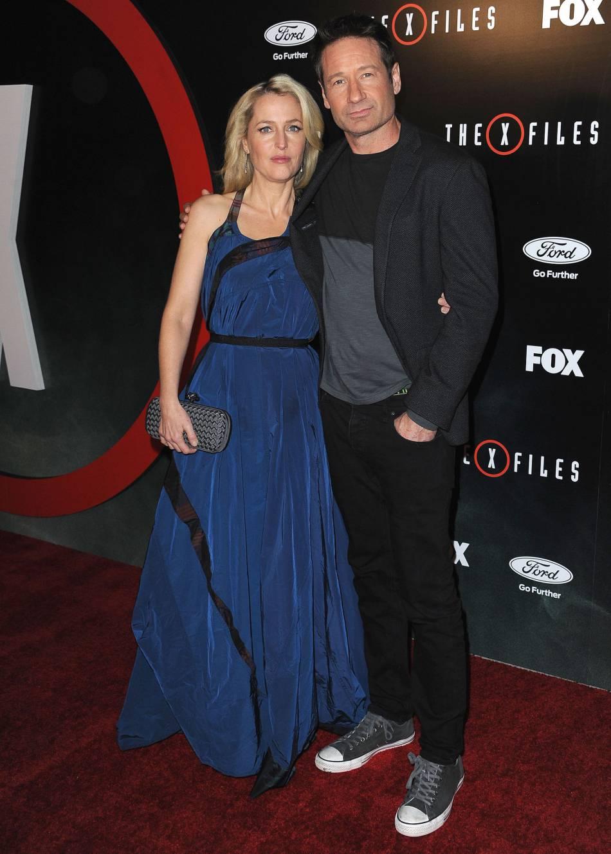 Si Gillian Anderson a sorti la robe longue, David Duchovny a opté pour les  Converse 9844ded882d5