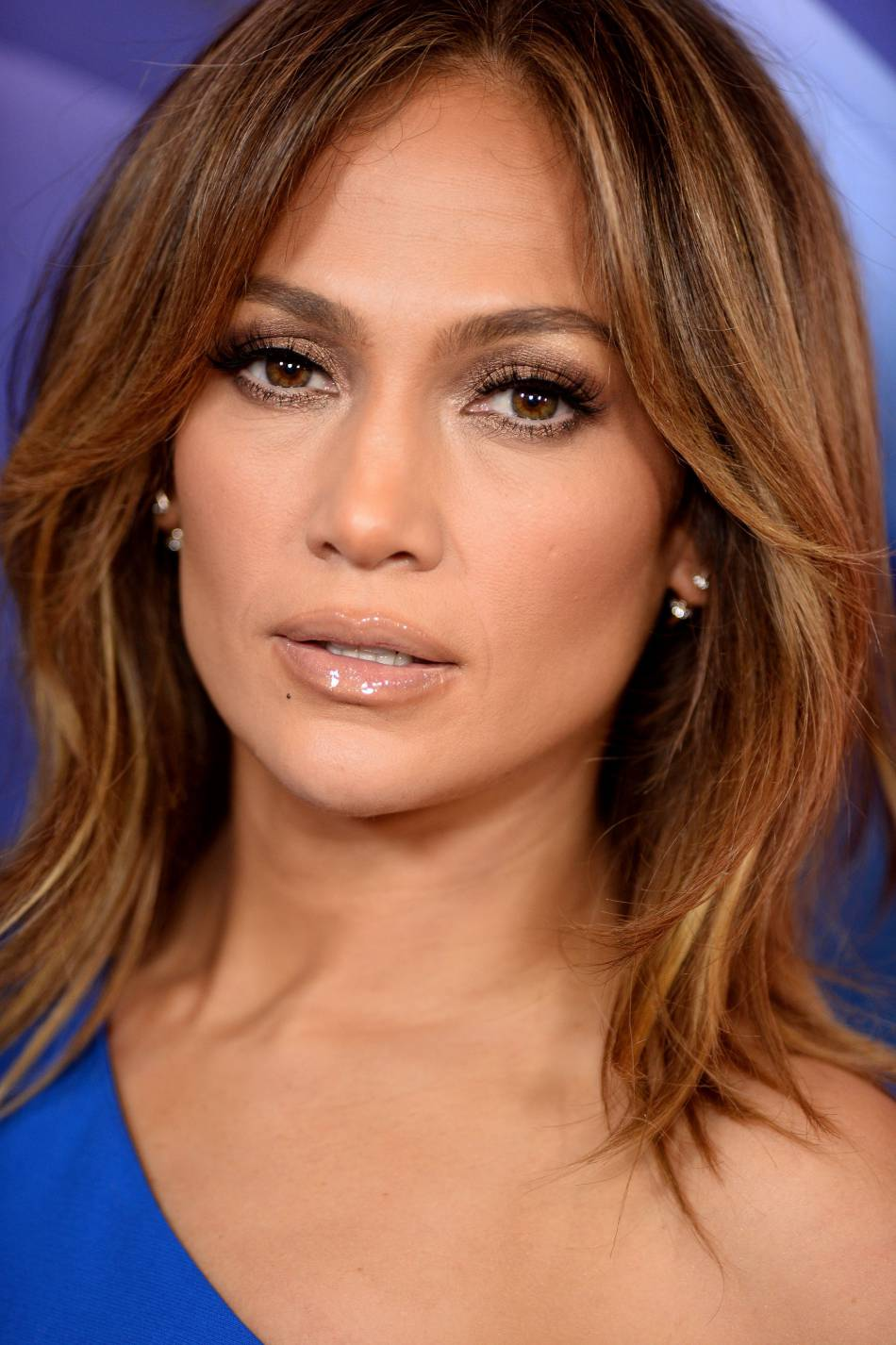 Jennifer Lopez opte pour un maquillage nude pour un effet pulpeux assuré.