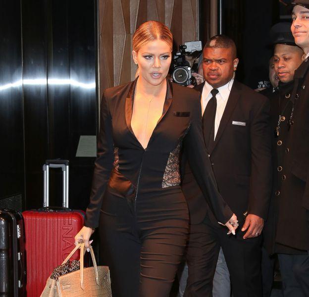 Khloe Kardashian opte pour une combinaison noire style smoking et une paire d'escarpins Louboutin.