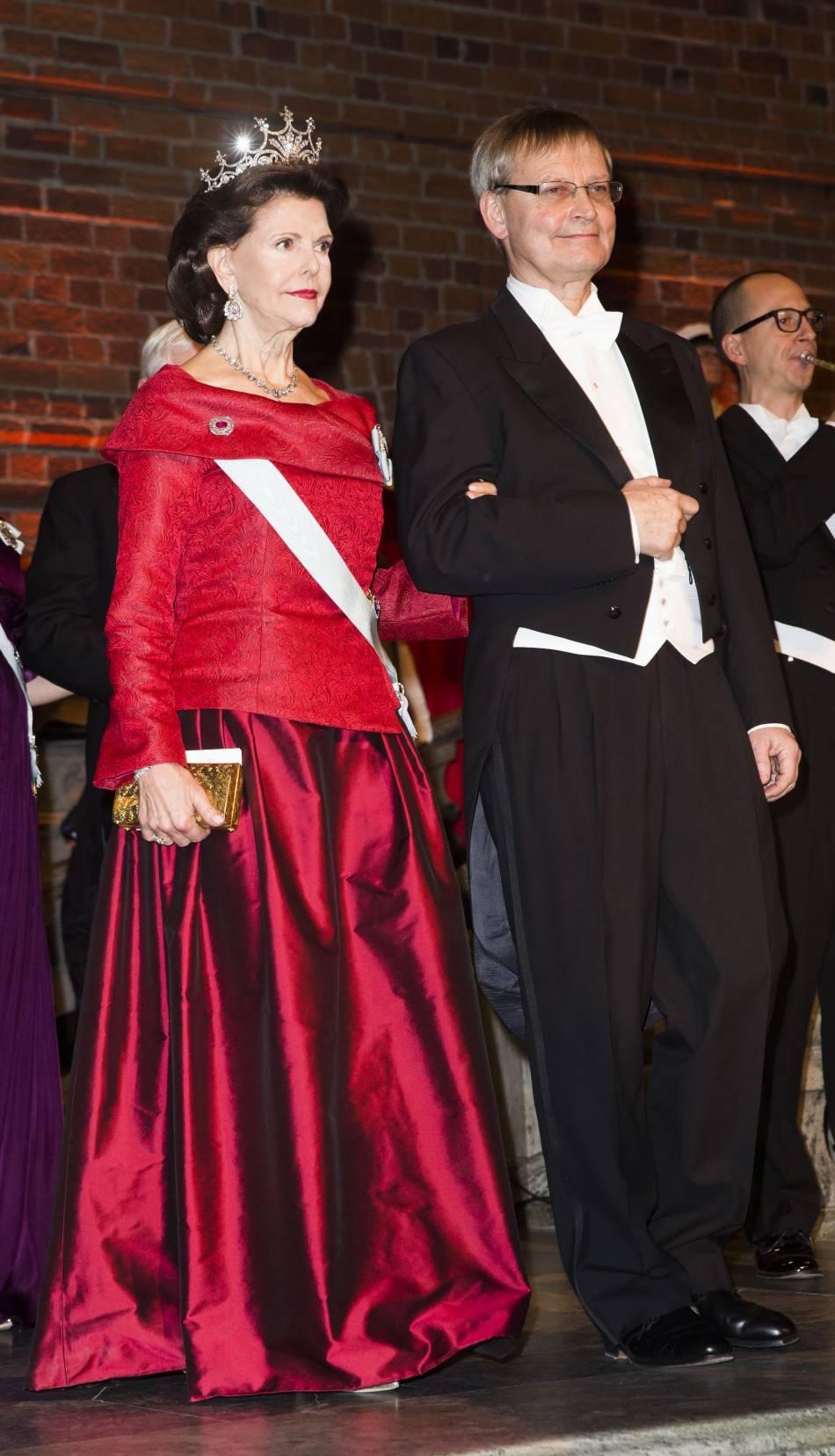 On verra aussi la reine Silvia en voyage au Vatican.