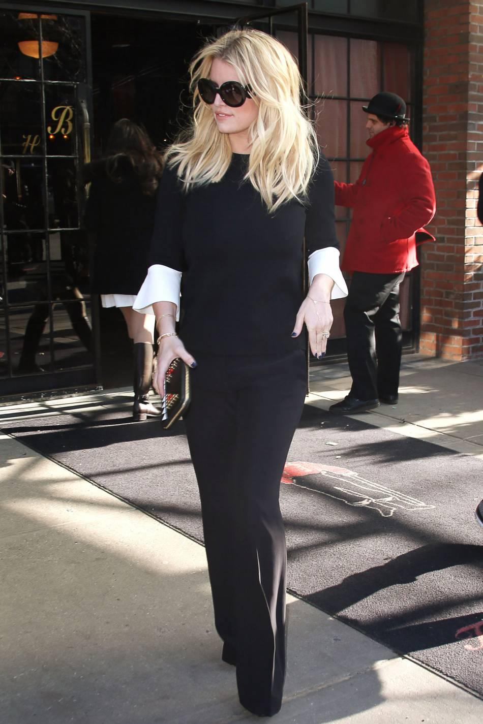 Jessica Simpson, radieuse dans un look total black.