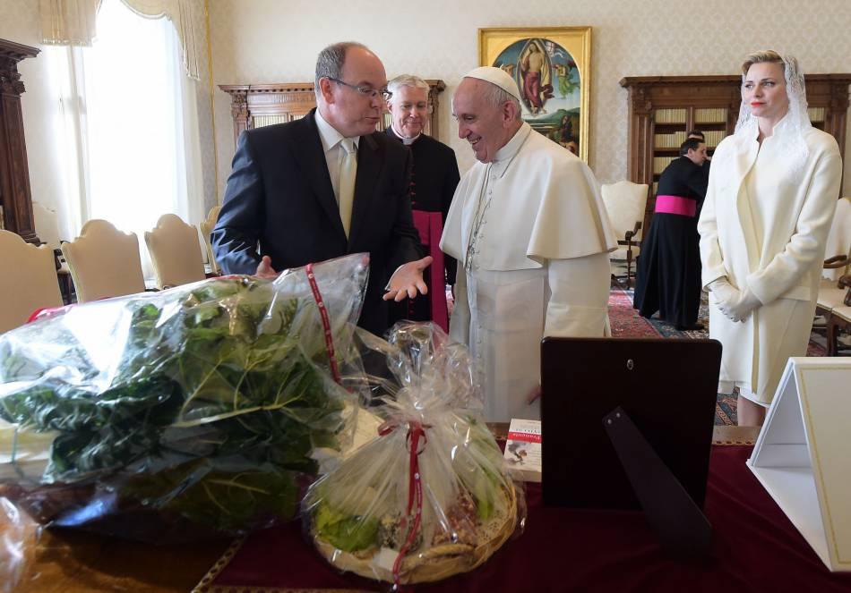 Le couple a posé pour les photographes avant un entretien privé avec le souverain pontife.