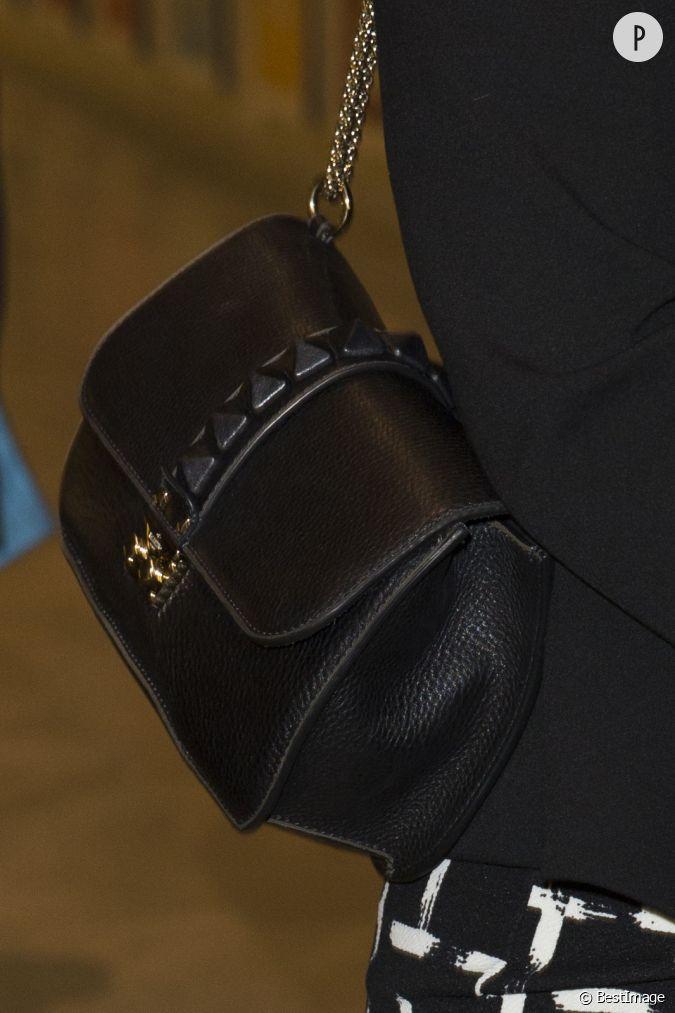 la princesse victoria adopte un joli petit sac main en cuir et la lani re en chaine dor e. Black Bedroom Furniture Sets. Home Design Ideas