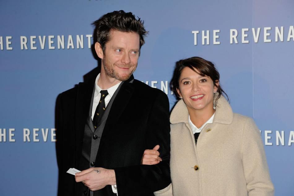 """Emma de Caunes et son mari pour l'avant-première parisienne de """"The Revenant""""."""