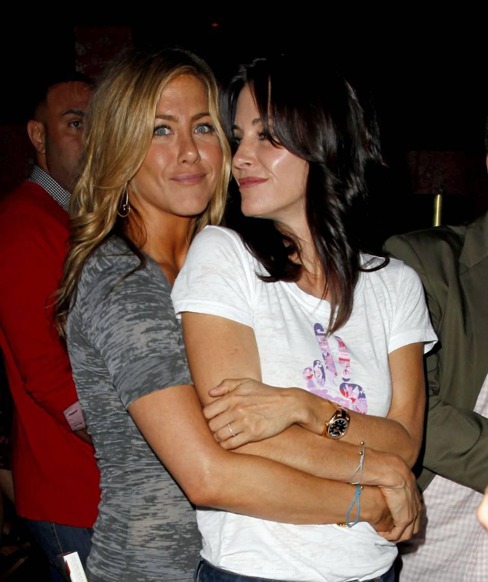 """Jennifer Aniston et Courtney Cox : de l'époque """"Friends"""" à aujourd'hui une seule chose n'a pas changé, leur super amitié."""