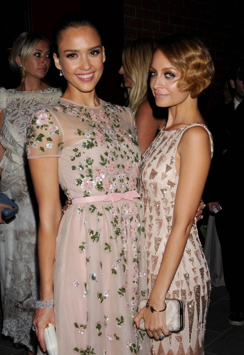Jessica Alba et Nicole Richie : icônes mode terriblement sexy, les deux bombes américaines ne se quittent plus, pas même en soirée.