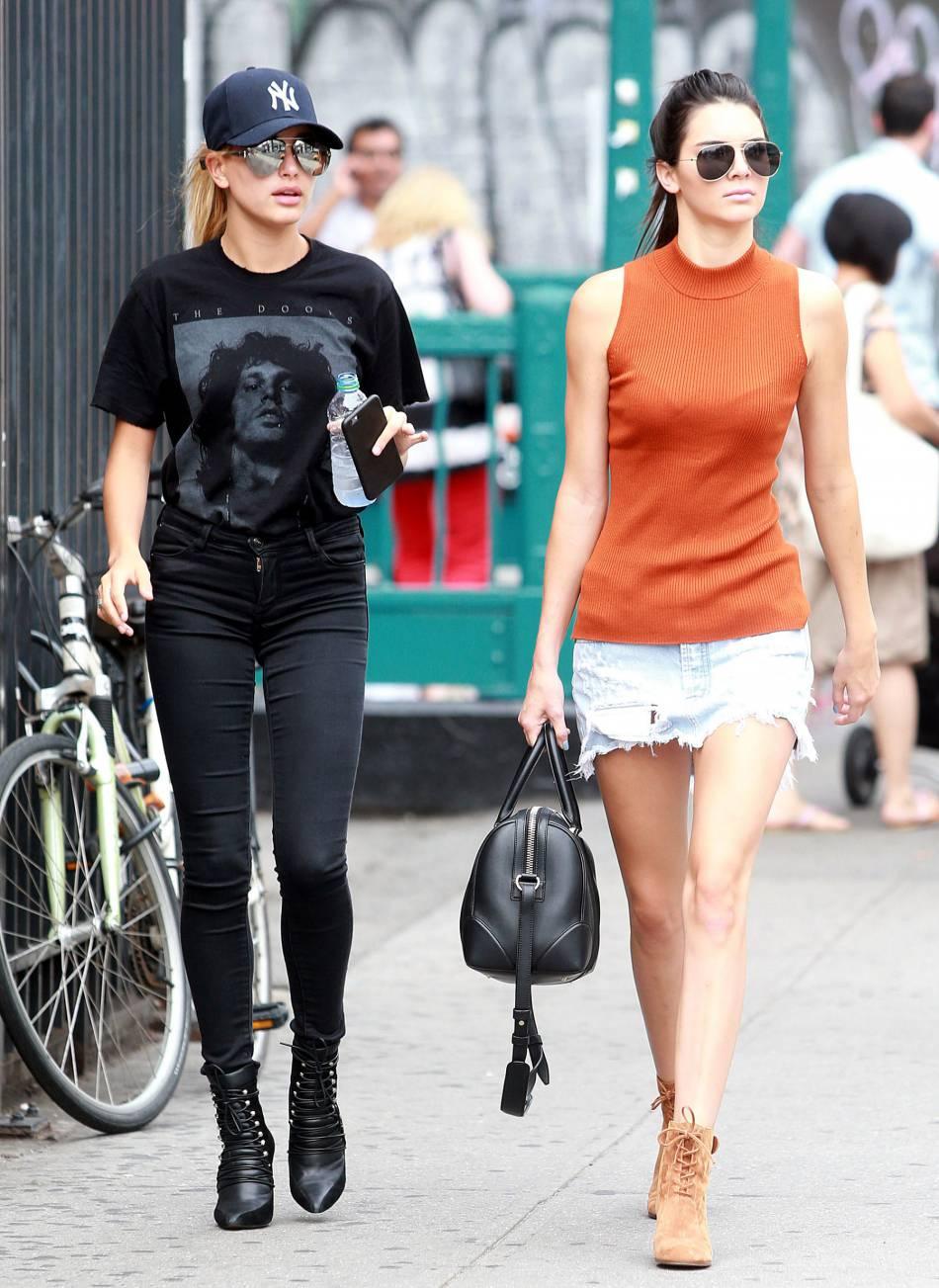 Kendall Jenner et Hailey Baldwin : mannequins mondialement connus, les stars des podiums se sont rencontrées dans un défilé haute couture et depuis elles ne se quittent plus.