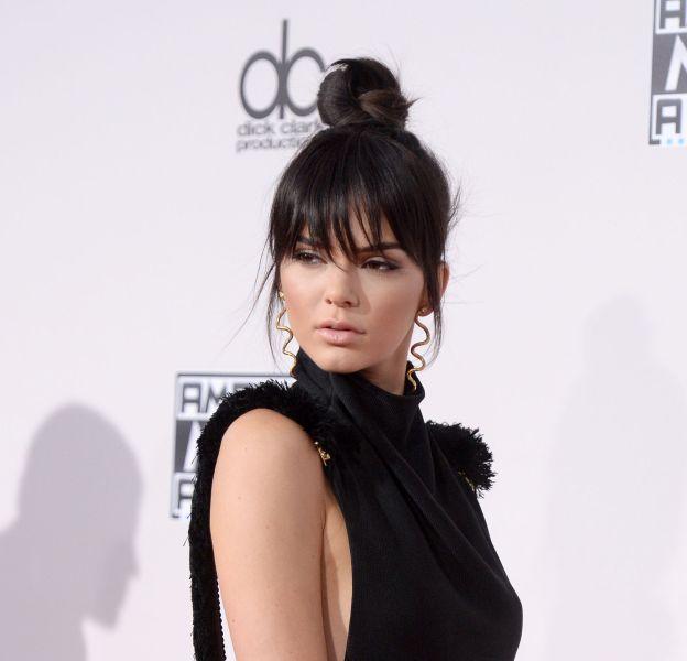 Kendall Jenner serait-elle sur le point de craquer pour un tatouage sous la poitrine ?