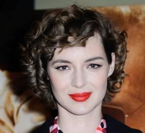 Louise Bourgoin a opté pour un joli beauty look, mêlant oeil de biche et bouche fluo.