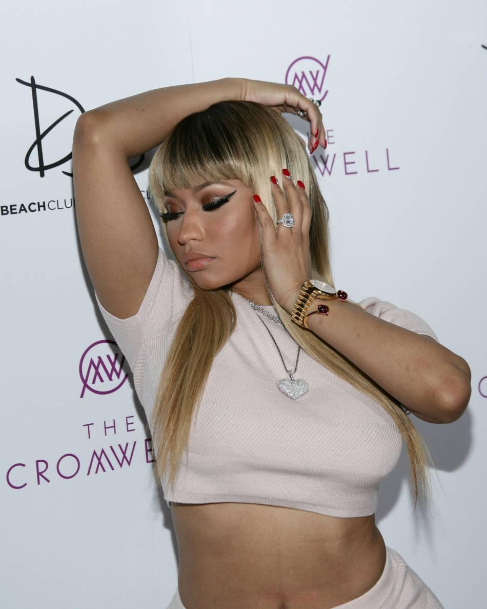 Nicki Minaj dévoile une nouvelle coiffure sur une série de clichés ultra hot.