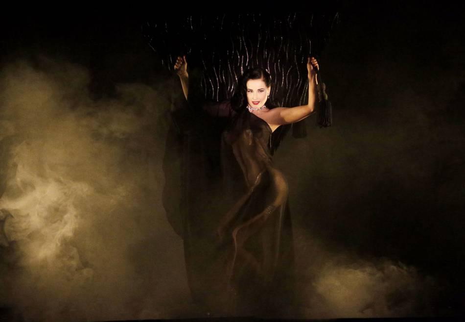 Dita Von Teese plus sulfureuse que jamais, assurera le show du 15 au 30 mars 2016 au Crazy Horse à Paris.