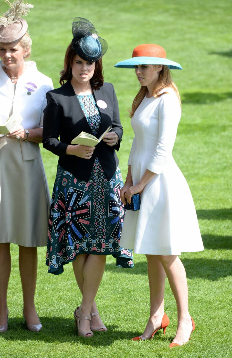 Pendant qu'elles ont la belle vie, Kate Middleton se plie en quatre.