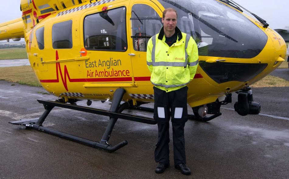 Le prince William à l'aéroport de Cambridge. Il va bientôt recevoir un tout nouvel hélico pour ses missions. Chouette !