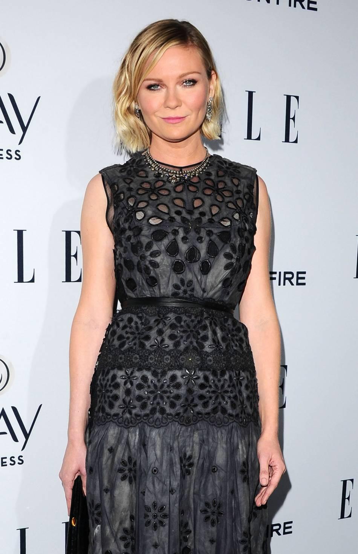 Kirsten Dunst opte ce soir là pour une robe Marc Jacobs et une pochette Salvatore Ferragamo.