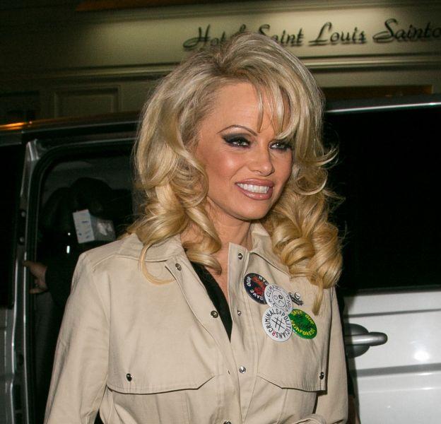 Pamela Anderson arrive au Tom Greyhound Concept Store pour le lancement de la nouvelle collection de chaussure Amélie Pichard X Pamela Anderson.