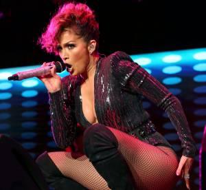 Jennifer Lopez : elle craque sa combinaison en plein concert !