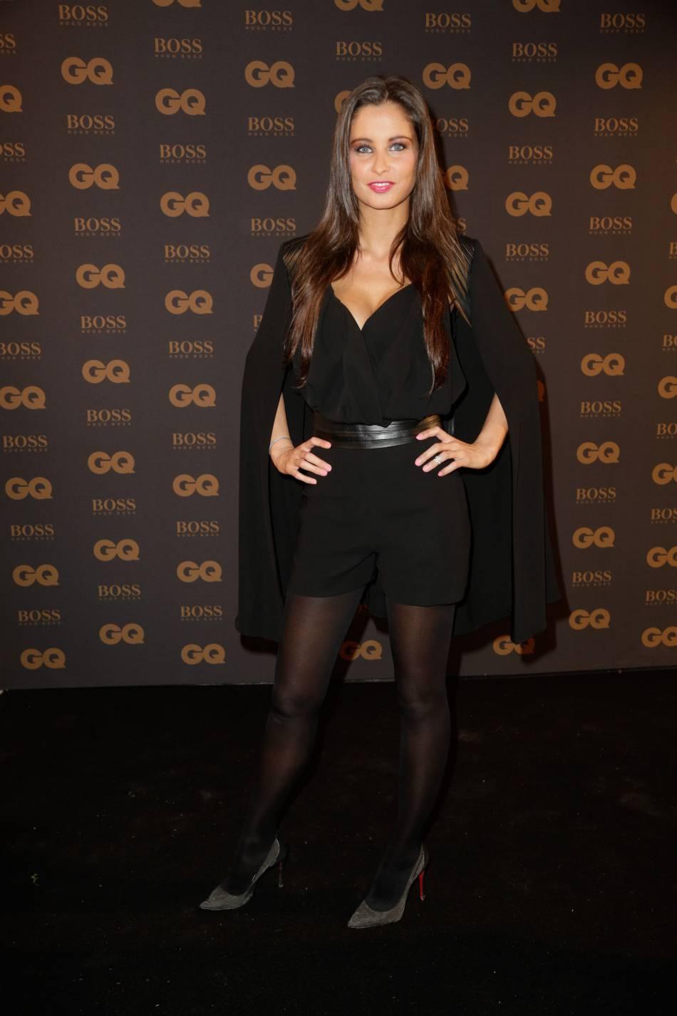 Malika Ménard affiche ses longues gambettes pour la soirée des GQ Men of the Year Awards.