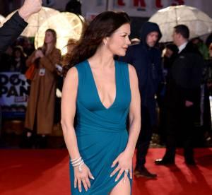 Catherine Zeta-Jones : décolleté plongeant et fendu ravageur pour son come-back