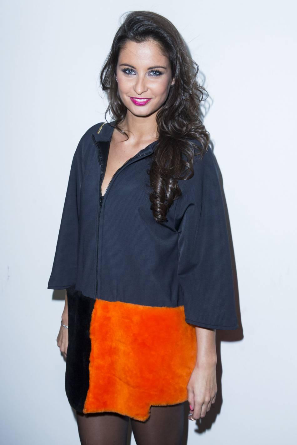 Malika Ménard aime mixer les couleurs flashy et elle a bien raison !