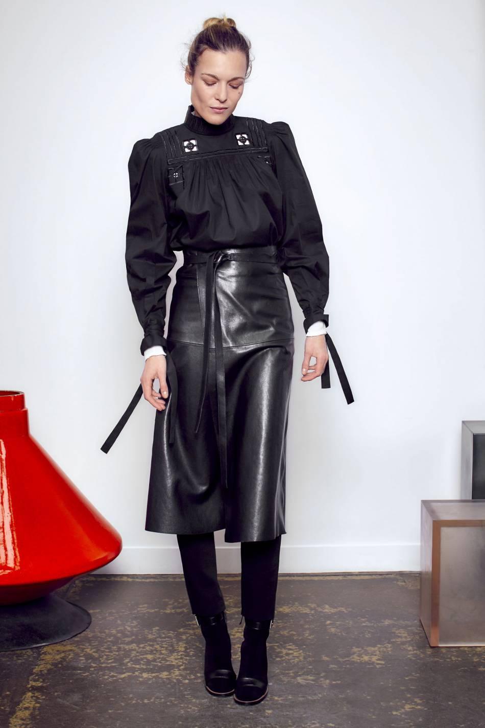 Chemisier et jupe en cuir seront toujours de rigueur chez Isabel Marant.