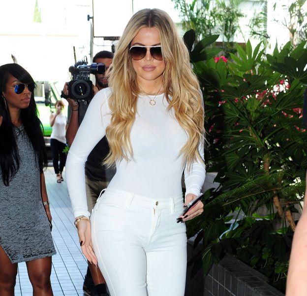 Khloe Kardashian ose la robe au ras des fesses sur Instagram.